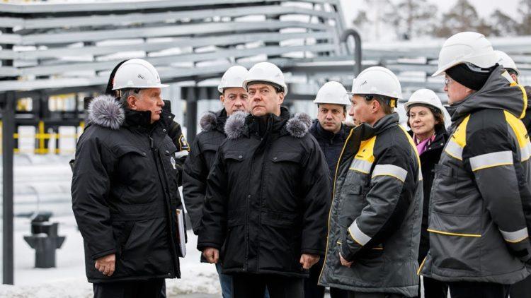премьер инспектирует новый завод